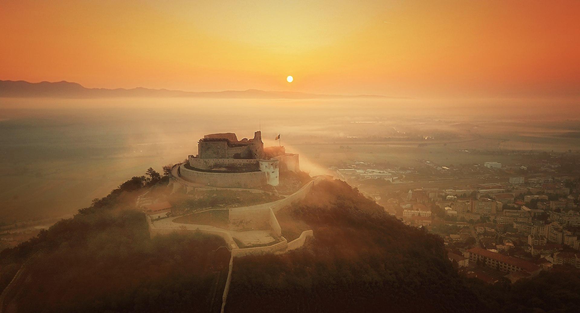 1920px-Cetatea_medievală_Deva,_în_lumina_răsăritului